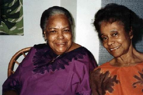 Nita Barrow (balra) Lucille Mair jamaikai nagykövettel (Fotó: The University of the West Indies)
