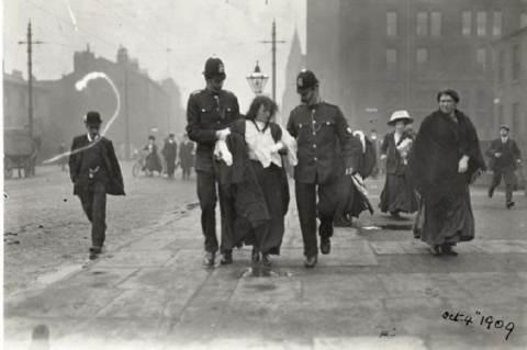 1909. október 4-én Manchesterben letartóztatják Rona Robinsont