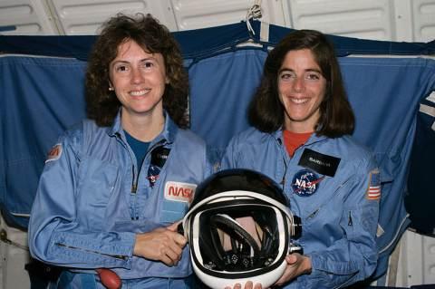 Christa McAuliffe (balra) és Barbara Morgan