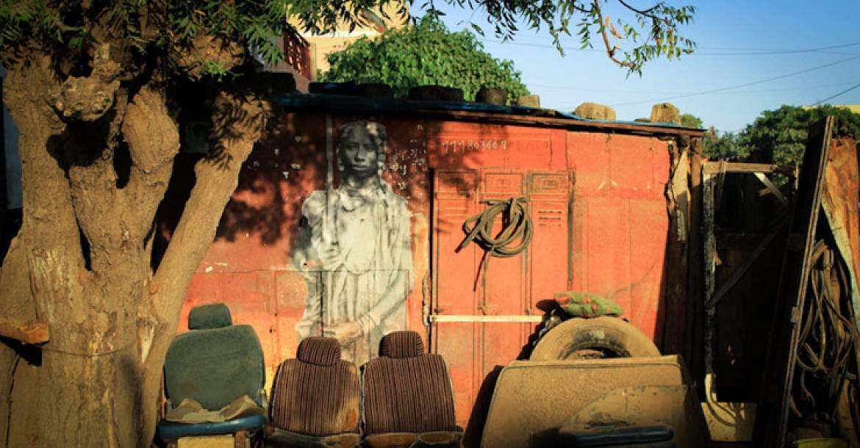 Egy francia származású utcai művész YZ Yseult az afrikai királyság amazonjainak kíván emléket állítani alkotásaival szenegáli épületeken.