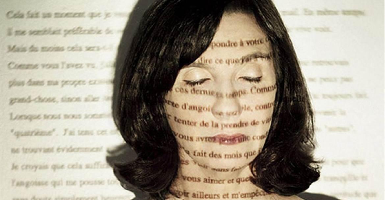 Sophie Calle világhírű francia író és fotós, aki különös installációival és egyedi tematikájú kiállításaival bizonyítja, hogy az írói készségek és a művészi látásmód milyen csodálatos módon kiegészíthetik egymást.