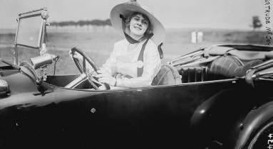 Egy nő autóvezetés közben (kép forrása: SnappyGoat)